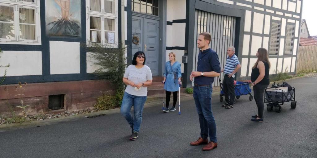 Astrid Sven und Kandidaten an der Stadtmauer Dassel
